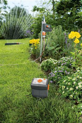 <strong>Otomatik su tasarruflu sulama</strong><br/> Toprak nemi yeterli olduğunda otomatik sulama sisteminiz çalışmaya başlamaz veya devam eden sulama durdurulur; böylece su tasarrufu yapabilir ve yine de güzel ve sağlıklı bitkilere sahip olabilirsiniz. GARDENA Su Bilgisayarları C 1060 solar plus, C 1060 plus, C 1030 plus ile birlikte Toprak Nemi Sensörü toprak nemine bağlı olarak su akışını açabilir veya kapatabilir.