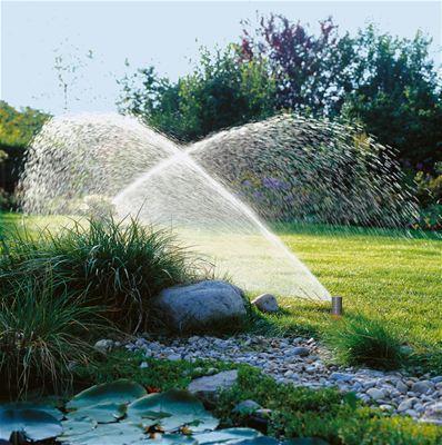 <strong>Otomatik ve zamandan kazandıran sulama</strong><br/> GARDENA denetleyiciyle birlikte GARDENA Programlama Ünitesi ve Sulama Vanası 9 V kullanılarak bahçeniz güvenilir ve kolay bir şekilde sulanır; hatta evde yokken bile. Daha fazla boş zamanınız ve canlı, yeşil bir bahçeniz ve güzel, sağlıklı bitkileriniz olur.