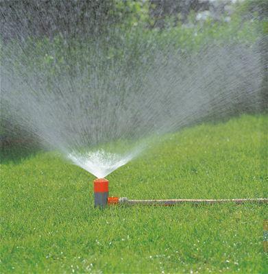 <strong>Bitkilere nazik davranır</strong><br/> Seyyar Püskürtücü Fıskiyesi ince sisleme püskürtmesiyle küçük alanları sulamak için idealdir ve narin bitkilere ve fidelere zarar vermez.