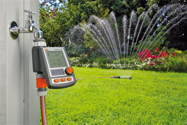<strong>Otomatik ve zamandan kazandıran sulama</strong><br/>GARDENA Su Bilgisayarıyla siz evde yokken bile, bahçeniz güvenilir ve kolay bir şekilde sulanır. Daha fazla boş zamanınız ve canlı, yeşil bir bahçeniz ve güzel, sağlıklı bitkileriniz olur. Sabahın erken saatlerinde veya akşam otomatik sulama yapıldığında daha az su buharlaşır. Bu da para tasarrufu ve hedeflenmiş, en iyi sulama sağlar.