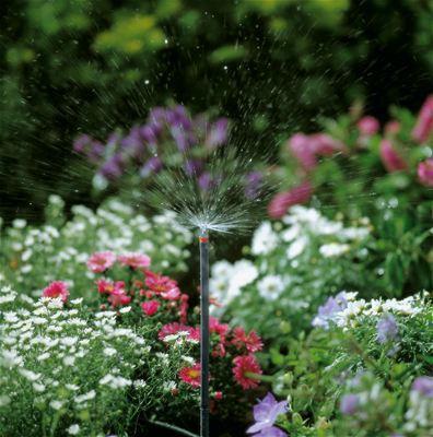 <strong>Yüksekliği ayarlanabilir</strong><br/>Uzatma Borusu kullanılarak Püskürtme Ucunun yüksekliği yüksek bitkiler dahi kolayca sulanabilecek şekilde ayarlanabilir.