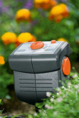 <strong>Su tasarruflu çalışma</strong><br/>GARDENA Yağmur Sensörü veya Toprak Nemi Sensörü bağlanarak otomatik sulama toprak nemine ve doğal yağmura bağlı olarak kesilebilir. GARDENA Toprak Nemi Sensörüyle sulama sadece sensöre göre de idare edilebilir.
