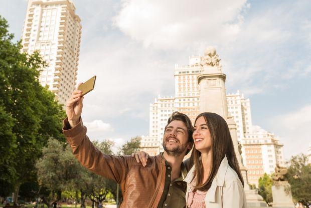 Xperia M5 ön kamerasını kullanarak selfie çeken iki kişi