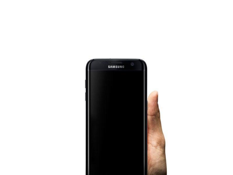 Yüksek kontrastlı arka plan görüntüsünün önünde elde tutulan Galaxy S7 edge.