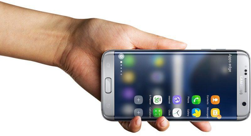 Elde yatay olarak tutulan Galaxy S7 edge