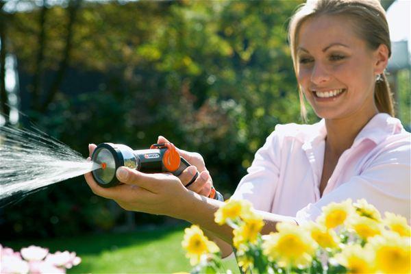 <strong>Su akış hızı istediğiniz miktarda ayarlanabilir</strong><br/> Ayarlanabilir Yıkama/Püskürtme Aygıtı az veya çok su basıncıyla çalışır. Evde ve bahçede farklı ihtiyaçlar için su akış hızını serbestçe seçebilirsiniz.