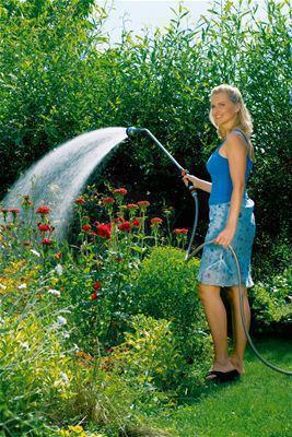 <strong>Yumuşak püskürtme, sisleme ve güçlü sulama - rahat</strong><br/> Premium Püskürtme Borusu üç fonksiyonu bir arada sunar: güçlü sulamayla temizler, bitki sıralarına yumuşak su püskürtür ve narin bitkileri nazik bir şekilde sislemeyle sular.