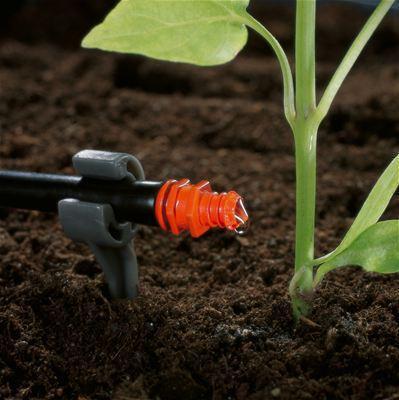 <strong>Su tasarruflu sulama</strong><br/> GARDENA Hat Sonu Damlatıcıyla su gereksinimleri benzer olan bitki sıraları kolayca sulanabilir ve sudan tasarruf edilir.