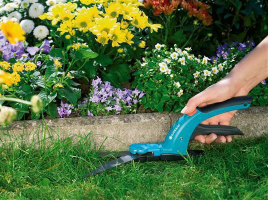 <strong>Kolay kesim</strong><br/> Sapın ergonomik şekli sayesinde Çim Makası ele rahat oturur; kesim özellikle kolaydır.