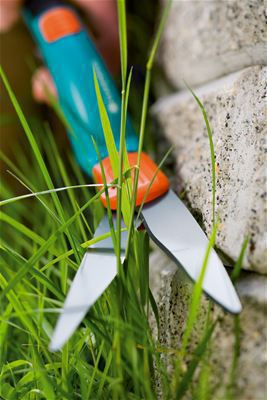 <strong>Tam, kolay kesim</strong><br/> Yapışmaz maddeyle kaplanmış, dalgalı bilenmiş kesici bıçak sayesinde kolay ve hassas kesim mümkündür.
